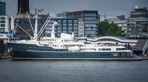 Die LEGEND Luxus-Explorer-Yacht - Hamburger Hafen